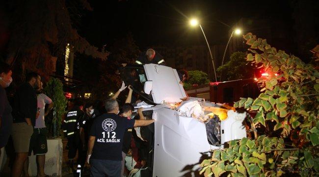 Adana'da devrilen otomobildeki 3 kişi yaralandı