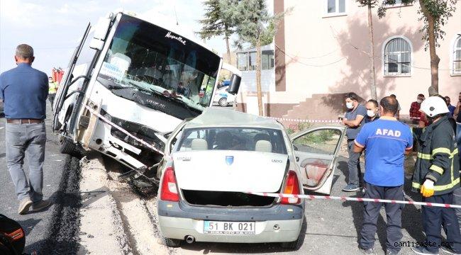 Niğde'de midibüs ile otomobil çarpıştı: 1 ölü, 1 yaralı