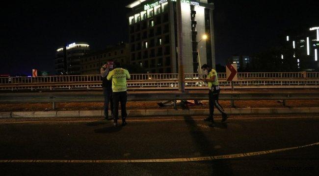 İzmir'de motosiklet bariyerlere çarptı: 1 ölü, 1 yaralı
