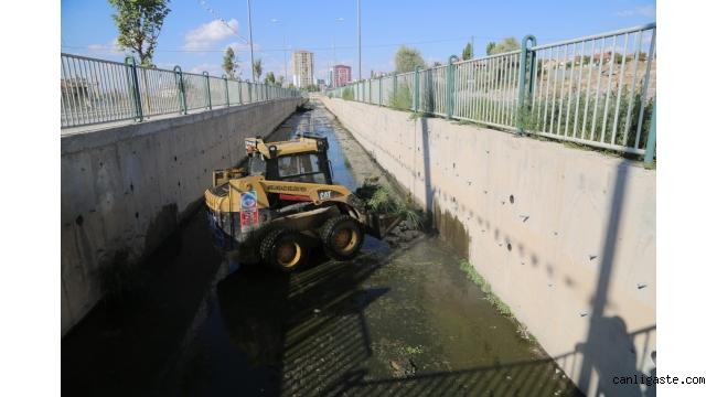 Yağışlara karşı Melikgazi genelinde yağmur suyu kanalları temizleniyor