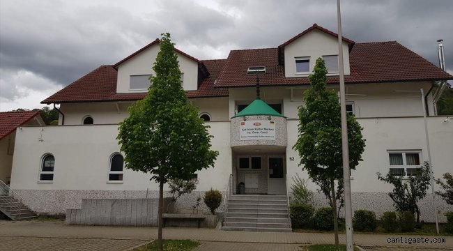 Almanya'da cami yakınındaki aydınlatma direğine İslamofobik yazılar yazıldı