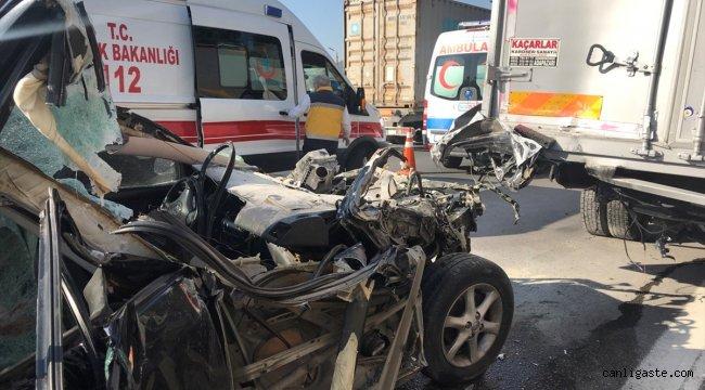 Anadolu Otoyolu'nda otomobil kamyonla çarpıştı: 4 yaralı