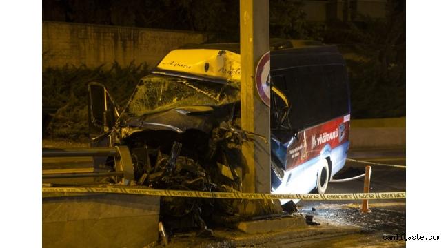 Ankara'da dolmuş yön levhası direğine çarptı: 1 ölü, 1 yaralı