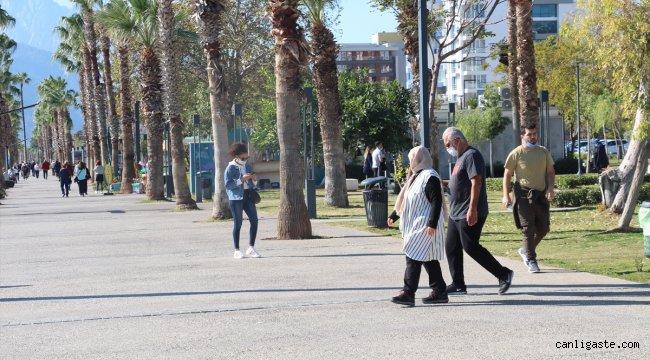 Antalya'da 65 yaş ve üstü vatandaşların deniz keyfi