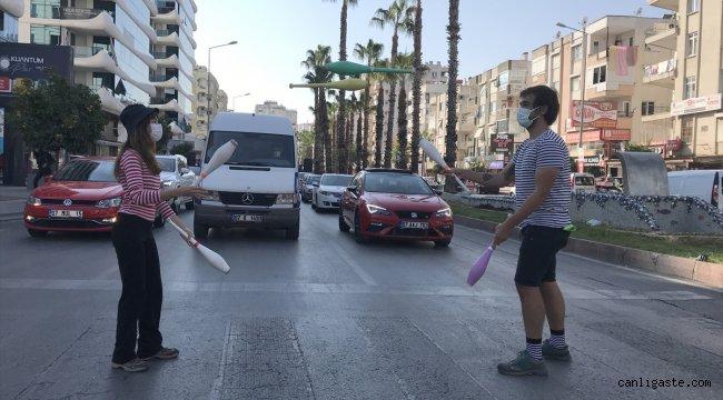 """Antalya'da kırmızı ışıkta """"jonglör"""" gösterisi"""