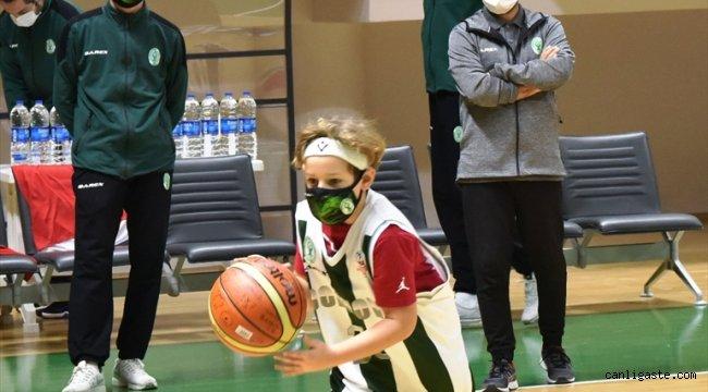 Ayda ve Atakan, Bornova Belediyespor Basketbol Takımı'nın antrenmanına katıldı