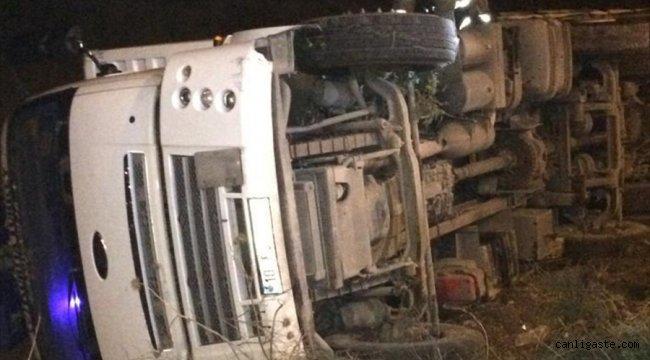 Balıkesir'de devrilen kamyonun dökülen kimyasal yükü muhafaza altına alındı
