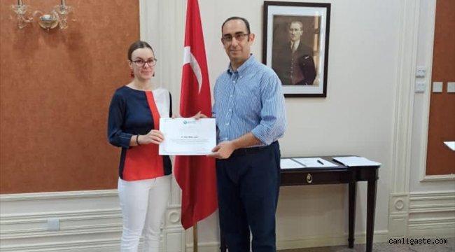 Brunei'de Yunus Emre Enstitüsünün Türkçe kursunu bitirenler sertifikalarını aldı