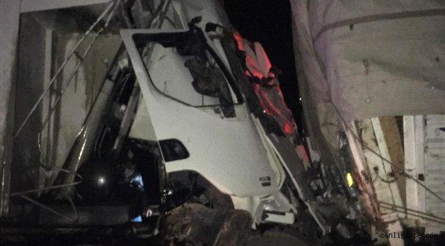 Burdur'da tırla kamyon çarpıştı: 1 ölü