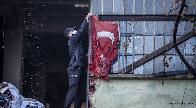 Bursa'da yangında zarar gören Türk bayrağını polis ekipleri koruma altına aldı
