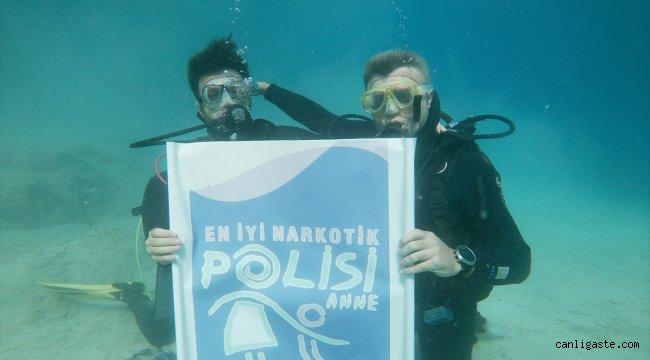 """Denizin 10 metre derinliğinde """"En iyi narkotik polisi anne"""" pankartı açtılar"""