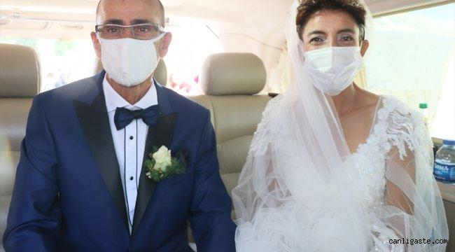Depremzede çift çadır kentte evlendi