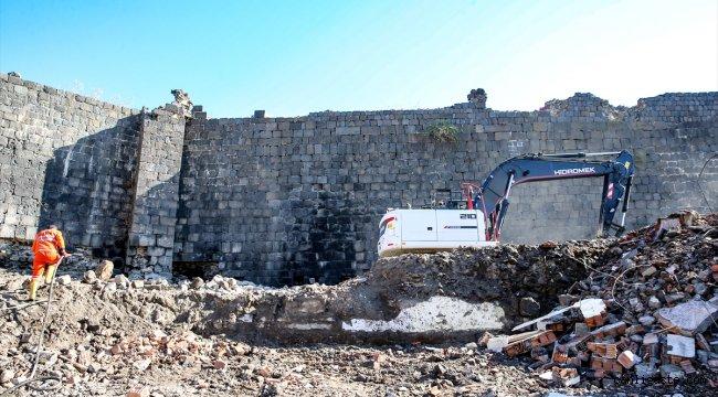 Diyarbakır Surlarının çevresindeki kaçak yapılar yıkılıyor