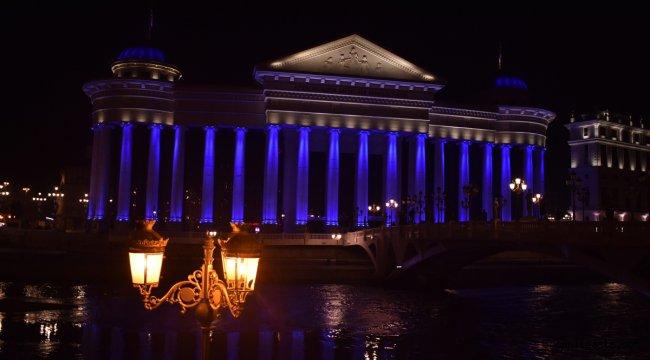 """Dünya Çocuk Günü dolayısıyla Kuzey Makedonya'daki kurumlar """"maviye"""" büründü"""