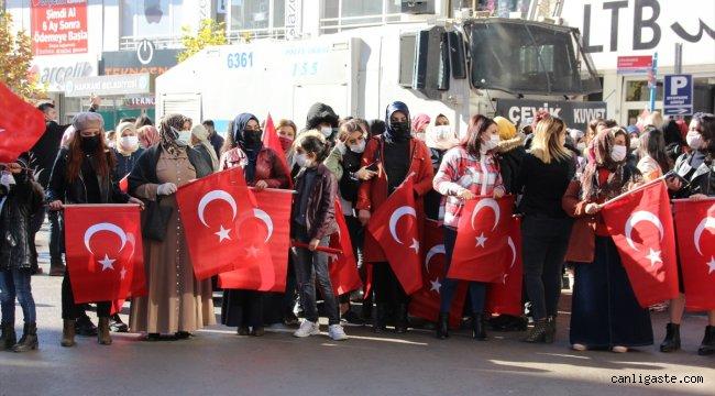 Hakkarili kadınlardan Diyarbakır annelerine destek, terör örgütü PKK'ya tepki yürüyüşü