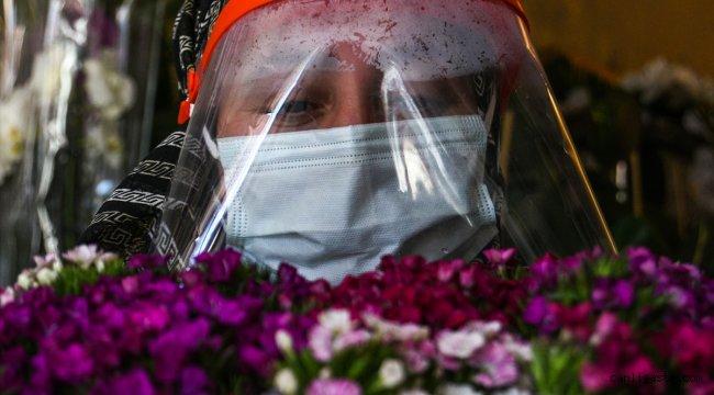 Kars'ta çiçekçiler Öğretmenler Günü için çiçekleri dezenfekte ediyor