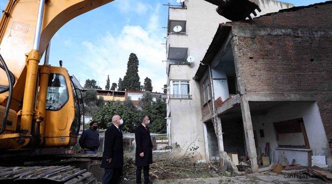 Kocaeli'de 17 Ağustos Marmara Depremi'nde hasar gören metruk binalar yıkılıyor