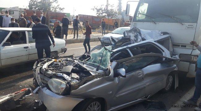 Şanlıurfa'daki kazada araçta sıkışan iki kişiyi itfaiye ekipleri kurtardı