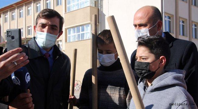 """Sivas'ta """"Okulda İlk Günüm, Hayatta İlk Ağacım"""" projesi kapsamında 1100 fidan dikildi"""