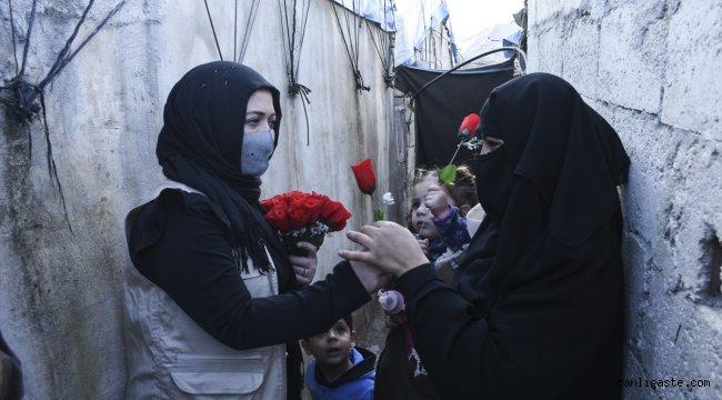 Türk ve İsviçreli aktivist kadınlar İdlib'deki kamplarda bulunan kadınlara gül dağıttı