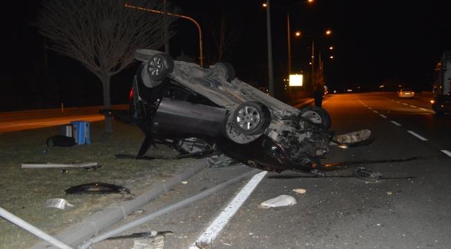 Afyonkarahisar'da hafif ticari araç aydınlatma direğine çarptı: 3 yaralı