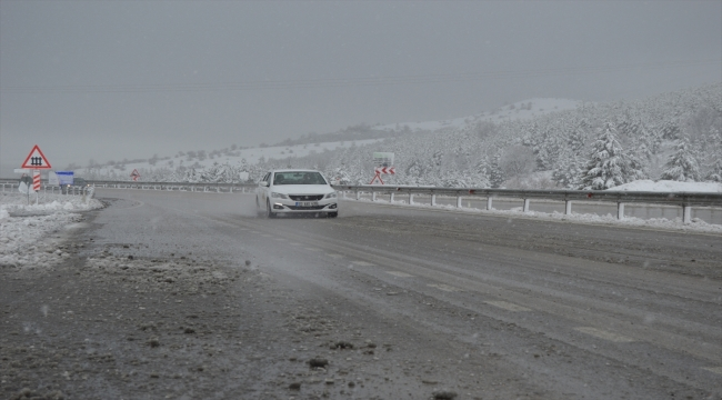 Afyonkarahisar'da yüksek kesimlerde kar yağışı etkili oldu