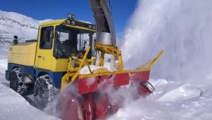 Büyükşehirde yoğun mesai kar nedeniyle kapanan 69 mahallenin yolu ulaşıma açıldı