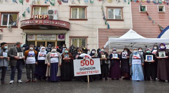 Diyarbakır anneleri oturma eyleminin 500'üncü gününde HDP önüne siyah çelenk bıraktı