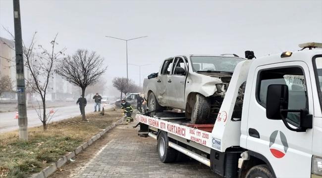 Elazığ'da kamyonetle pikap çarpıştı: 6 yaralı