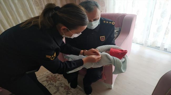 Giresun'daki selde şehit olan askerin doğum yapan eşine jandarmadan ziyaret