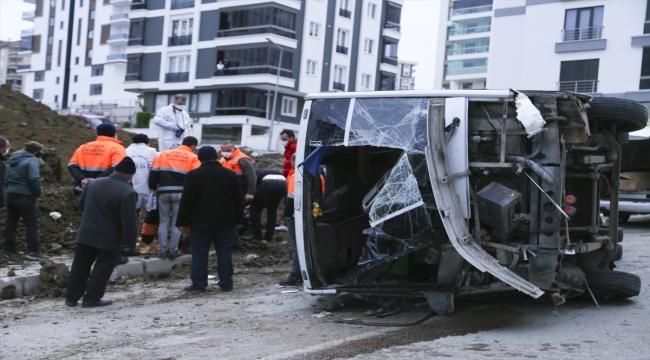 Samsun'da belediye işçilerini taşıyan servis devrildi: 2 ölü, 22 yaralı