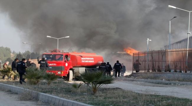 Lojistik deposunda çıkan yangına müdahale sürüyor