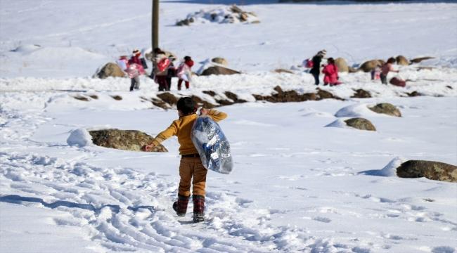 İstanbul'dan Ağrı'ya gelen Hayır Kapısı Derneği üyeleri köy çocuklarına kışlık yardım malzemesi dağıttı