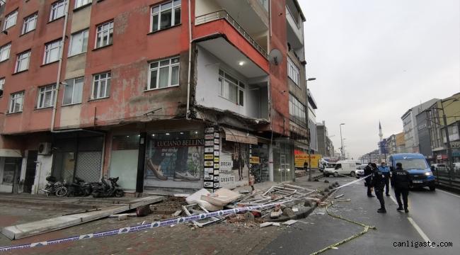 İstanbul Sultangazi'de bir binanın balkonu çöktü