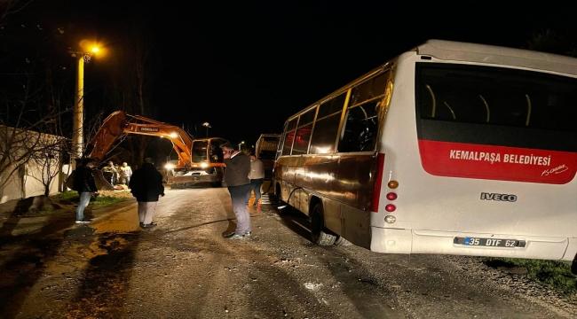 İzmir'de belediye personelini taşıyan midibüs devrildi: 4 yaralı
