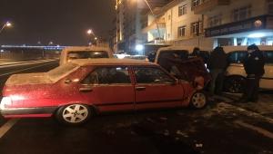 Kayseri'de kontrolden çıkan otomobil park halindeki polis araçlarına çarptı