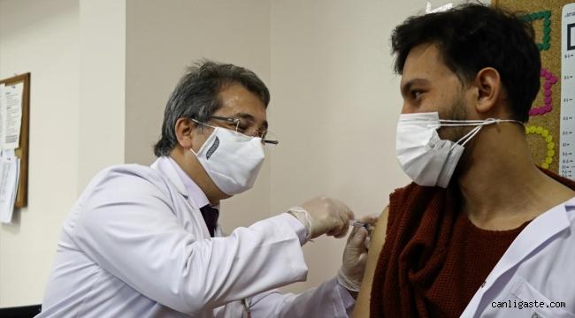 Kayseri İl Sağlık Müdürü Benli sağlık çalışanına Kovid-19 aşısını yaptı