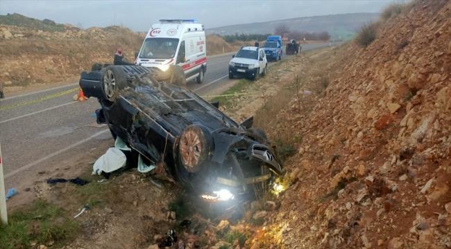 Kilis'te devrilen otomobildeki bir kişi öldü, 4 kişi yaralandı
