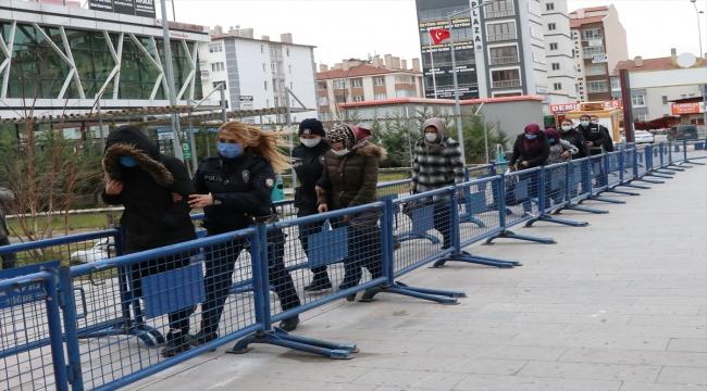 Niğde merkezli Kayseri'ninde içerisinde bulunduğu 7 ilde FETÖ operasyonunda yakalanan 17 kadın şüpheliden 5'i adliyede