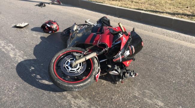 Polisten kaçan motosikletlinin çarptığı yayanın ölümüne neden olduğu kaza kamerada
