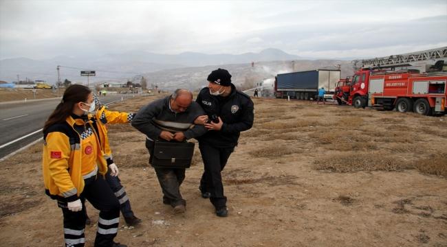 Sivas'ta tırın tankere çarpması sonucu çıkan yangın söndürüldü