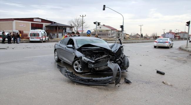 Uşak'ta ambulans ile otomobil çarpıştı: 4 yaralı
