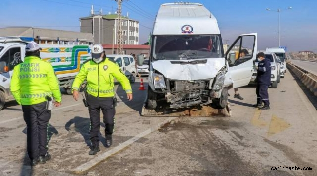 Van'da iki minibüs çarpıştı: 11 yaralı