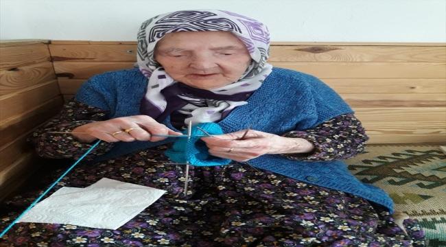 Yalovalı Zeliha nine, ördüğü çorapları Mehmetçiğe gönderdi