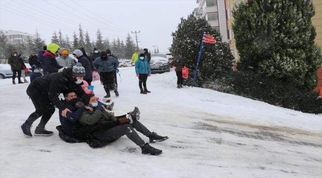 Edirne'de kısıtlamaya rağmen sokakta kayak yapanların eğlencesi polisin sireniyle sona erdi