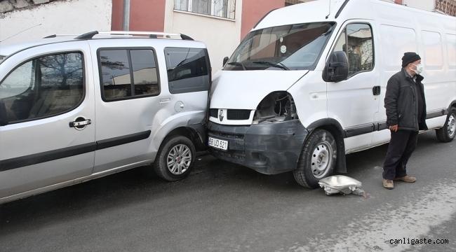 El freni çekilmeyen minibüs iki araca çarptı