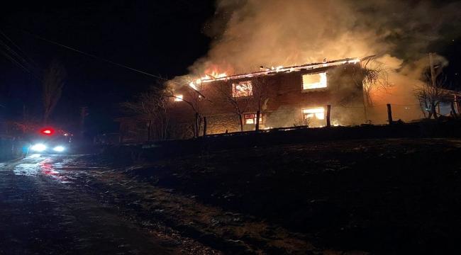 Kastamonu'daki yangında 2 katlı ev ve ahır kullanılamaz hale geldi