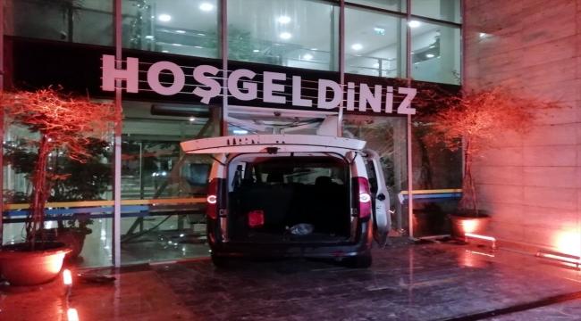 """Polisin """"dur"""" ihtarına uymayan sürücü belediye binasının kapısına çarptı"""