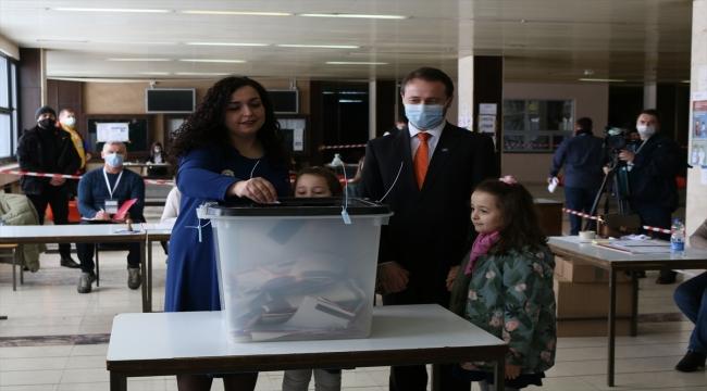 Kosova'daki erken genel seçimde başbakan adayları oylarını kullandı