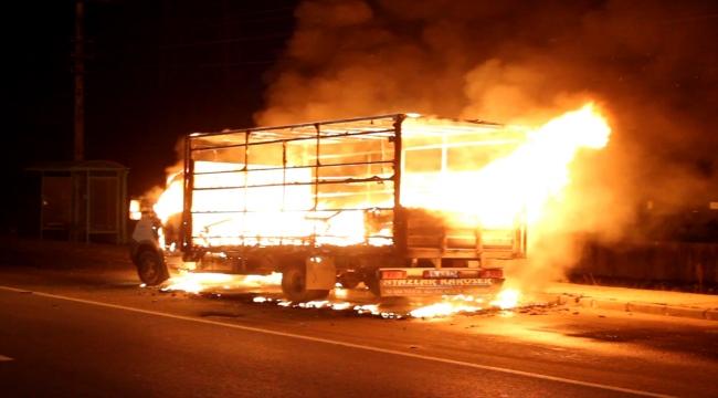 Seyir halinde alev alan kamyon itfaiye ekiplerince söndürüldü